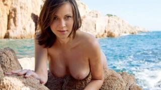 Giovanissima nudista al mare