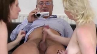 Babe bisex fanno sesso con un vecchio