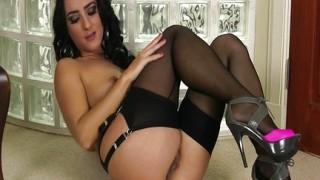 Brunetta in lingerie si masturba
