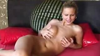 Calda cougar si masturba in cam