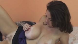 Charlee Chase gioca con la sua calda pussy