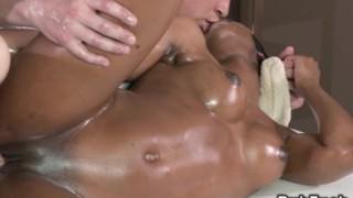 Massaggio interrazziale per bellissima ebony