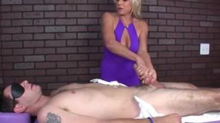 Masturbazione con la mano da milf padrona