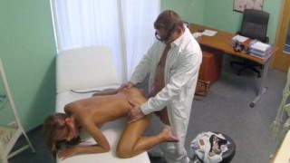 Medico si scopa la paziente sexy