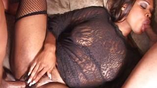 Sexy chica di colore in calze a rete DP