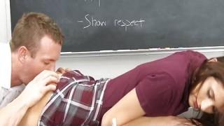 Studentessa bruna cavalca il cazzo del suo professore
