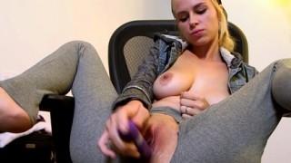 Teen bionda si masturba fino allo squirting