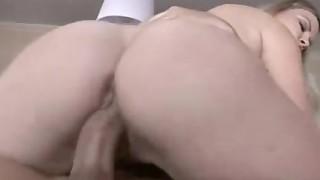 Tettona bionda accovacciata su un cazzo