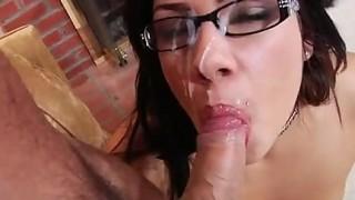 Pompino da brunetta latina con gli occhiali