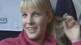 Giovane bionda tettona scopata in treno