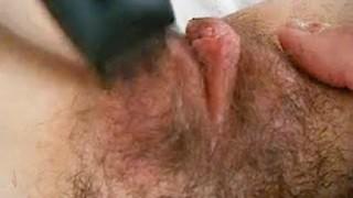 Si fa rasare la figa dal suo partner