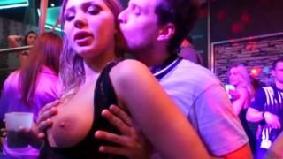 Ragazze sexy scopate in pubblico